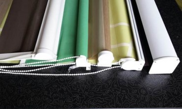 Detalji oplemenjuju prostor:  ukrasne kutije i šine za zavese