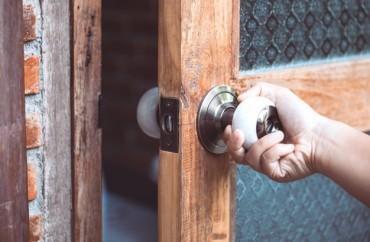 Drvena sobna vrata sa staklom za rustičan izgled enterijera